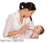 Купить «Молодая мама кормит своего ребенка молочной смесью», фото № 330010, снято 9 мая 2008 г. (c) Вадим Пономаренко / Фотобанк Лори
