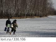 Купить «Два рыбака идут по льду», фото № 330106, снято 26 марта 2008 г. (c) Антон Перегрузкин / Фотобанк Лори