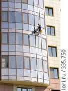Купить «Мойка окон высотного дома», фото № 335750, снято 10 мая 2008 г. (c) Андреев Виктор / Фотобанк Лори