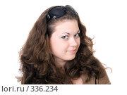 Купить «Улыбающаяся девушка на белом фоне», фото № 336234, снято 14 мая 2008 г. (c) Сергей Сухоруков / Фотобанк Лори