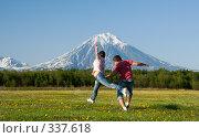 Купить «Молодая пара бежит по цветущему полю», фото № 337618, снято 13 июня 2008 г. (c) Ирина Игумнова / Фотобанк Лори