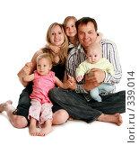 Купить «Счастливая семья с тремя детьми», фото № 339014, снято 1 июня 2007 г. (c) Гладских Татьяна / Фотобанк Лори