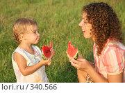 Купить «Мать с дочерью едят арбуз», фото № 340566, снято 27 февраля 2020 г. (c) Losevsky Pavel / Фотобанк Лори