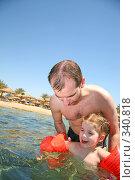 Купить «Папа учит дочку плавать», фото № 340818, снято 14 мая 2007 г. (c) Losevsky Pavel / Фотобанк Лори