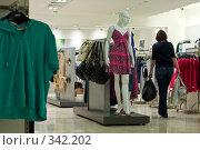 Купить «В модном магазине», фото № 342202, снято 20 ноября 2018 г. (c) Алексей Волков / Фотобанк Лори