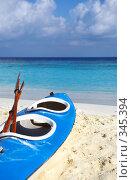 Купить «Синяя лодка на пляже», фото № 345394, снято 18 ноября 2017 г. (c) Михаил / Фотобанк Лори