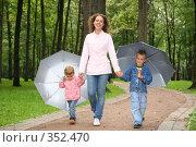 Купить «Мама с двумя детьми под зонтами», фото № 352470, снято 18 октября 2018 г. (c) Losevsky Pavel / Фотобанк Лори