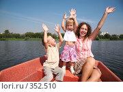 Купить «Мама с детьми в лодке», фото № 352510, снято 18 августа 2019 г. (c) Losevsky Pavel / Фотобанк Лори