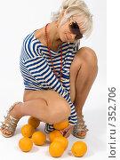 Купить «Блондинка с апельсинами», фото № 352706, снято 4 июля 2008 г. (c) Михаил Мандрыгин / Фотобанк Лори