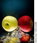 Купить «Свежие яблоки в воде на черно-синем фоне», фото № 353630, снято 9 июля 2008 г. (c) Мельников Дмитрий / Фотобанк Лори