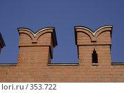 Купить «Кремлёвская стена, зубцы, фрагмент», фото № 353722, снято 19 августа 2018 г. (c) Сергей Иващенко / Фотобанк Лори