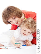 Купить «Мама и дочка рисуют», фото № 355330, снято 28 июня 2008 г. (c) Константин Тавров / Фотобанк Лори