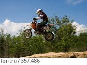 Купить «Мотоцикл в полете», фото № 357486, снято 6 июля 2008 г. (c) Евгений Батраков / Фотобанк Лори