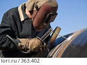 Купить «Сварщик на строительстве газопровода», фото № 363402, снято 8 августа 2007 г. (c) Vladimir Kolobov / Фотобанк Лори