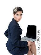 Купить «Деловая женщина за ноутбуком смотрит в камеру», фото № 363726, снято 4 мая 2007 г. (c) Марианна Меликсетян / Фотобанк Лори