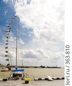 Купить «Яхта в порту Ялты. Крым», фото № 363810, снято 29 августа 2006 г. (c) Анатолий Заводсков / Фотобанк Лори