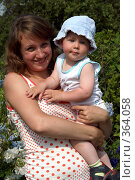 Купить «Молодая мама с ребенком на руках», эксклюзивное фото № 364058, снято 17 июля 2008 г. (c) Ирина Терентьева / Фотобанк Лори