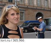 Купить «Девушка на фоне милиционера», фото № 365966, снято 24 августа 2019 г. (c) Троицкая Алиса / Фотобанк Лори