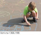 Купить «Мальчик рисует мелками на асфальте», фото № 366198, снято 28 июня 2006 г. (c) Losevsky Pavel / Фотобанк Лори