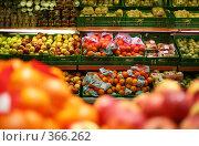 Купить «Фрукты в магазине», фото № 366262, снято 13 октября 2019 г. (c) Losevsky Pavel / Фотобанк Лори