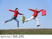 Купить «Мужчина и женщина с пакетами бегут по траве», фото № 366290, снято 15 октября 2018 г. (c) Losevsky Pavel / Фотобанк Лори