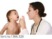 Купить «Доктор и ребенок», фото № 366326, снято 17 июля 2019 г. (c) Losevsky Pavel / Фотобанк Лори