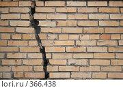 Купить «Кирпичная стена с трещиной», фото № 366438, снято 16 апреля 2006 г. (c) Losevsky Pavel / Фотобанк Лори