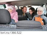 Купить «Семья в машине», фото № 366522, снято 23 мая 2019 г. (c) Losevsky Pavel / Фотобанк Лори