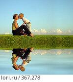 Купить «Мать с ребенком на берегу водоема», фото № 367278, снято 31 июля 2005 г. (c) Losevsky Pavel / Фотобанк Лори
