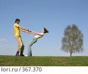 Купить «Пара держится за руки», фото № 367370, снято 4 мая 2006 г. (c) Losevsky Pavel / Фотобанк Лори