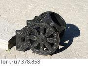 Купить «Урна в форме пушки на бетонной плитке», фото № 378858, снято 21 мая 2018 г. (c) Михаил Ковалев / Фотобанк Лори