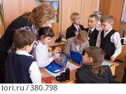 Купить «Учитель и ученики», эксклюзивное фото № 380798, снято 27 февраля 2008 г. (c) Сергей Лаврентьев / Фотобанк Лори