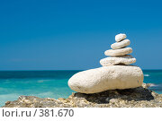 Купить «Камни, сложенные пирамидкой на пляже», фото № 381670, снято 17 августа 2018 г. (c) Сергей Старуш / Фотобанк Лори