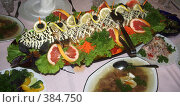 Купить «Пеленгас,украшенный овощами и зеленью», фото № 384750, снято 25 сентября 2018 г. (c) Галина  Горбунова / Фотобанк Лори