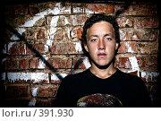 Купить «Юноша на фоне кирпичной стены», фото № 391930, снято 29 июня 2008 г. (c) Сергей Костюров / Фотобанк Лори