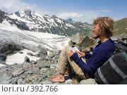 Купить «Снявший ботинки альпинист изучает карту в диких горах», фото № 392766, снято 17 июля 2008 г. (c) Максим Горпенюк / Фотобанк Лори