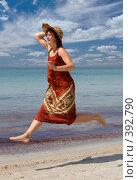 Купить «Девушка в шляпе, бегущая по пляжу», фото № 392790, снято 28 июля 2008 г. (c) Максим Горпенюк / Фотобанк Лори