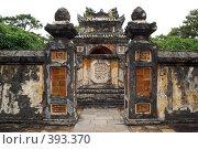 Купить «Стена и ворота в гробнице императора Ты Дыка (Tu Duc) возле Хуэ», фото № 393370, снято 15 июня 2008 г. (c) Валерий Шанин / Фотобанк Лори