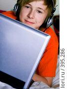 Купить «Подросток с ноутбуком», фото № 395286, снято 25 мая 2019 г. (c) Ольга С. / Фотобанк Лори