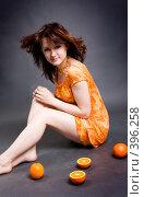 Купить «Девушка с апельсинами», фото № 396258, снято 25 мая 2019 г. (c) Ольга С. / Фотобанк Лори