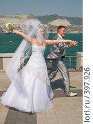 Купить «Свадьба. Жених и невеста во время прогулки по набережной моря», фото № 397926, снято 8 августа 2008 г. (c) Федор Королевский / Фотобанк Лори
