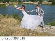 Купить «Свадьба. Весёлые молодожёны, жизнерадостные, счастливые на фоне пруда», фото № 398318, снято 8 августа 2008 г. (c) Федор Королевский / Фотобанк Лори