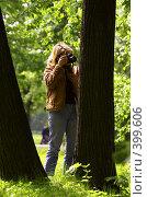 Купить «Женщина фотограф», фото № 399606, снято 25 мая 2006 г. (c) Vasily Smirnov / Фотобанк Лори