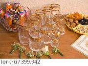Купить «Стеклянные стаканы с золотым ободком, сухофрукты и конфеты», фото № 399942, снято 8 августа 2008 г. (c) Федор Королевский / Фотобанк Лори