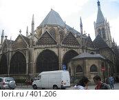 Древний собор в Париже за дорогой с транспортом (2007 год). Редакционное фото, фотограф Алла Кригер / Фотобанк Лори