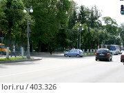 Купить «Зеленый городской перекресток», фото № 403326, снято 18 ноября 2018 г. (c) Сергей  Ушаков / Фотобанк Лори