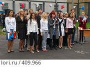 Купить «Молодые люди в группе на линейке первого сентября у школы», фото № 409966, снято 1 сентября 2007 г. (c) Михаил Мозжухин / Фотобанк Лори