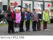 Купить «Группа детей стоят в линию на площадке у школы», фото № 412166, снято 1 сентября 2007 г. (c) Михаил Мозжухин / Фотобанк Лори
