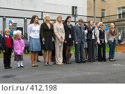 Купить «Старшеклассники на площадке у школы», фото № 412198, снято 1 сентября 2007 г. (c) Михаил Мозжухин / Фотобанк Лори