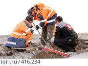 Купить «Дорожные рабочие - один работает, двое наблюдают», фото № 416234, снято 13 июня 2008 г. (c) Дмитрий Яковлев / Фотобанк Лори